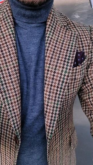 Cómo combinar: pañuelo de bolsillo a lunares burdeos, jersey de cuello alto azul marino, blazer de lana de pata de gallo marrón