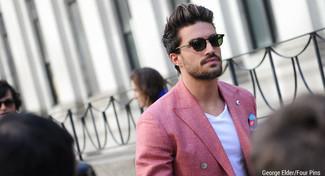 Cómo combinar: gafas de sol verde oscuro, pañuelo de bolsillo estampado azul, camiseta con cuello en v blanca, blazer cruzado rojo