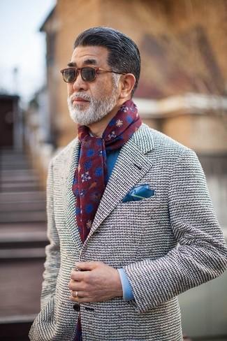 Cómo combinar: bufanda estampada burdeos, pañuelo de bolsillo azul, camisa de vestir azul, blazer de tweed blanco