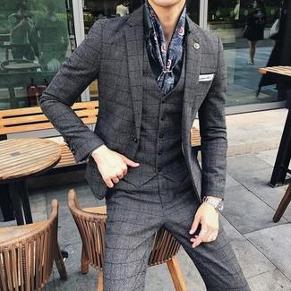 Cómo combinar: bufanda de seda estampada azul marino, pañuelo de bolsillo blanco, camisa de vestir verde oscuro, traje de tres piezas a cuadros en gris oscuro