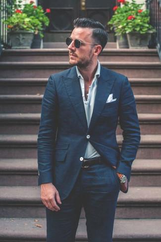 Cómo combinar: correa de cuero azul marino, pañuelo de bolsillo blanco, camisa polo de rayas horizontales celeste, traje azul marino