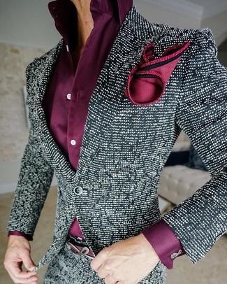 Combinar una camisa de vestir morado: Usa una camisa de vestir morado y un blazer de tweed en negro y blanco para un perfil clásico y refinado.