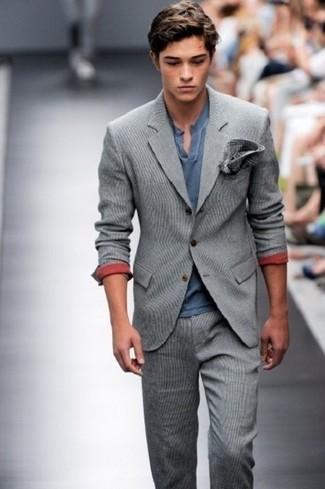 Cómo combinar: pañuelo de bolsillo de tartán en gris oscuro, camiseta henley azul marino, traje de lana gris