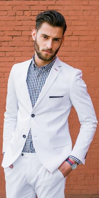 Cómo combinar: reloj de cuero en rojo y azul marino, pañuelo de bolsillo a lunares en azul marino y blanco, camisa de vestir de cuadro vichy en blanco y azul marino, traje blanco