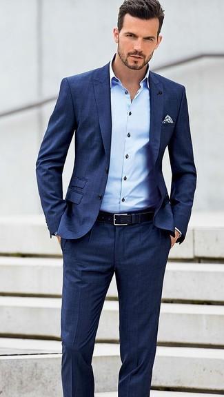 Combinar un pañuelo de bolsillo a lunares en blanco y azul marino: Ponte un traje azul y un pañuelo de bolsillo a lunares en blanco y azul marino para conseguir una apariencia relajada pero elegante.