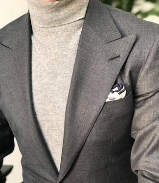 Cómo combinar: pañuelo de bolsillo estampado en beige, jersey de cuello alto en beige, blazer gris