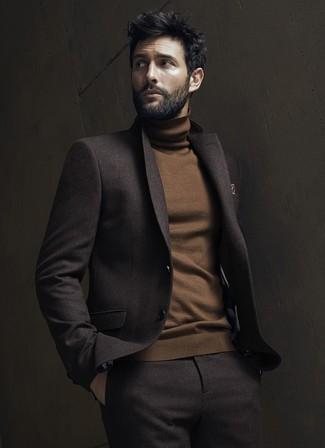Cómo combinar: pañuelo de bolsillo estampado marrón, jersey de cuello alto marrón, traje de lana en marrón oscuro