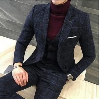 Cómo combinar: reloj de cuero negro, pañuelo de bolsillo blanco, jersey de cuello alto burdeos, traje de tres piezas a cuadros en gris oscuro
