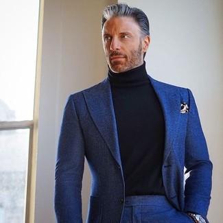 Cómo combinar: reloj plateado, pañuelo de bolsillo estampado marrón, jersey de cuello alto negro, traje de lana azul marino