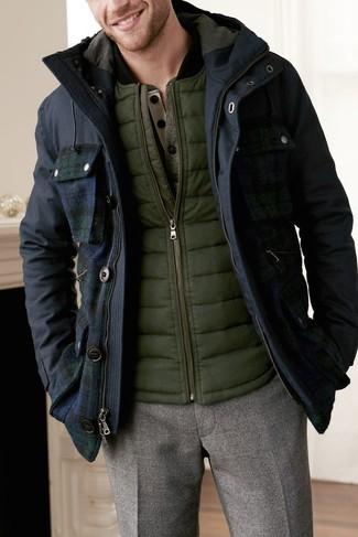 Cómo combinar: parka azul marino, chaleco de abrigo verde oliva, jersey con cuello henley verde oliva, pantalón de vestir de lana marrón