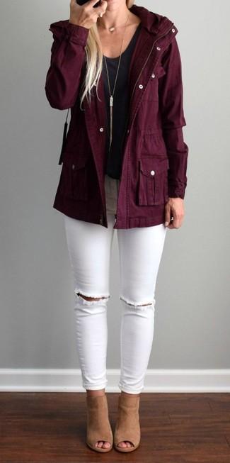 Cómo combinar: parka de algodón burdeos, camiseta con cuello en v negra, vaqueros pitillo desgastados blancos, chinelas de ante marrón claro