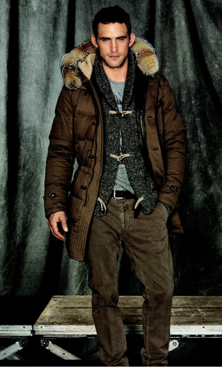 Cómo combinar: parka en marrón oscuro, cárdigan con cuello chal en gris oscuro, camiseta con cuello circular gris, vaqueros marrónes