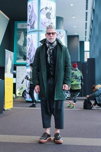 Look de Nick Wooster: Parka Verde Oscuro, Chaleco de Abrigo Acolchado Azul Marino, Cárdigan Negro, Pantalón Chino en Verde Azulado