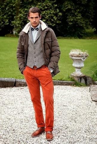 Cómo combinar: parka en marrón oscuro, chaleco de vestir de lana gris, camisa de manga larga a cuadros gris, pantalón chino naranja