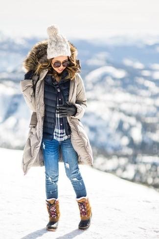 Elige una parka beige y unos vaqueros pitillo desgastados azules para un look diario sin parecer demasiado arreglada. ¿Te sientes valiente? Completa tu atuendo con botas para la nieve.