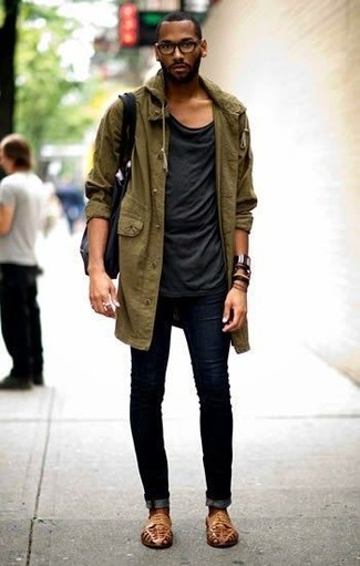 Cómo combinar: parka con cola de pez verde oliva, camiseta con cuello circular negra, vaqueros pitillo negros, sandalias de cuero marrón claro