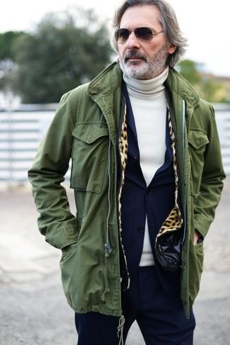 Cómo combinar: parka con cola de pez verde oliva, traje azul marino, jersey de cuello alto en beige, gafas de sol negras