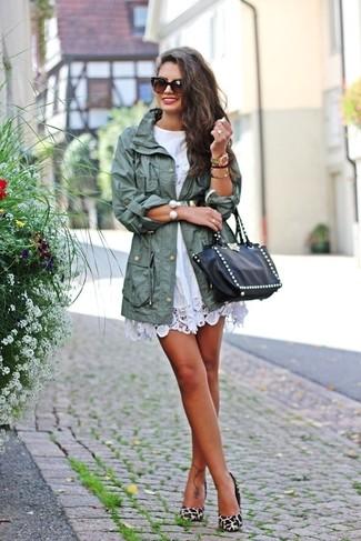 Cómo combinar: parka con cola de pez en verde menta, vestido casual de crochet blanco, zapatos de tacón de ante de leopardo en beige, bolsa tote de cuero con tachuelas negra