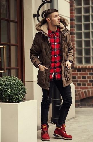 Cómo combinar: parka en marrón oscuro, camisa de manga larga de tartán roja, vaqueros pitillo negros, botas casual de ante rojas