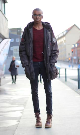 Cómo combinar: parka en marrón oscuro, jersey con cuello circular burdeos, vaqueros pitillo en gris oscuro, botas casual de cuero marrónes