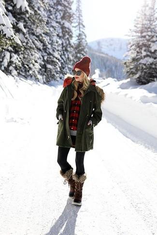 Una parka verde oliva y unos leggings negros son tu atuendo para salir los días de descanso. Complementa tu atuendo con botas para la nieve en marrón oscuro de mujeres de Sorel.