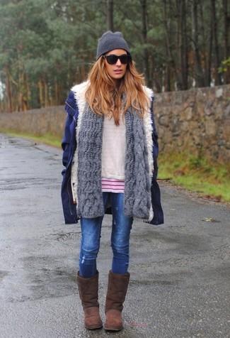 Una parka azul marino y una bufanda de punto gris de Fendi son una opción inmejorable para el fin de semana. Haz este look más informal con botas ugg marrónes.