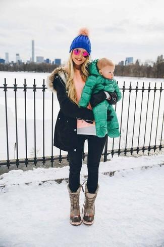 Una parka negra y un gorro son una gran fórmula de vestimenta para tener en tu clóset. Completa el look con botas para la nieve grises.