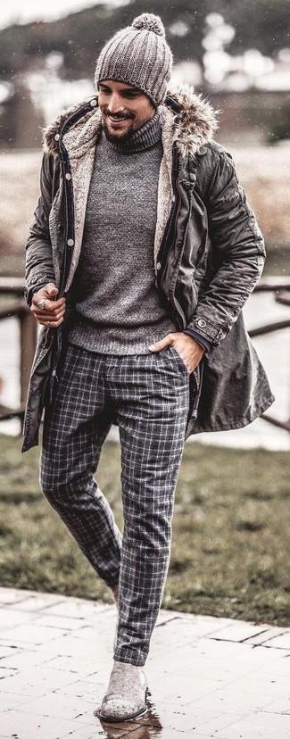 Una parka gris y un pantalón de vestir de lana de tartán gris son un look perfecto para ir a la moda y a la vez clásica. Elige un par de botines chelsea de ante grises para mostrar tu inteligencia sartorial.