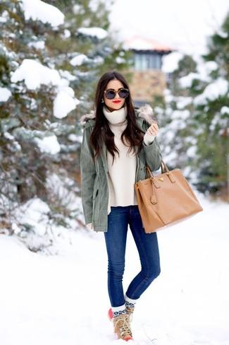 Intenta combinar una parka gris junto a unos vaqueros pitillo azules y te verás como todo un bombón. Para el calzado ve por el camino informal con botas para la nieve.
