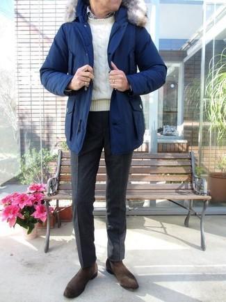 Destaca entre otros civiles elegantes con una parka azul y un pantalón de vestir de lana negro. Botines chelsea de ante marrón oscuro son una forma sencilla de mejorar tu look.