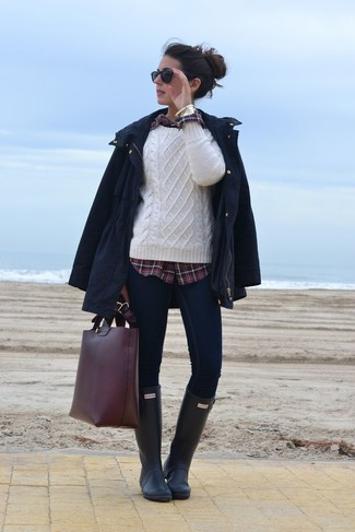 Look de moda: Parka Azul Marino, Jersey de Ochos Blanco, Camisa de Vestir de Tartán Burdeos, Vaqueros Pitillo Azul Marino