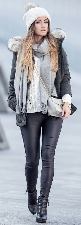 Si eres el tipo de chica de jeans y camiseta, te va a gustar la combinación de una parka gris oscuro y una bufanda de punto gris. ¿Por qué no ponerse botines de cuero negros a la combinación para dar una sensación más clásica?