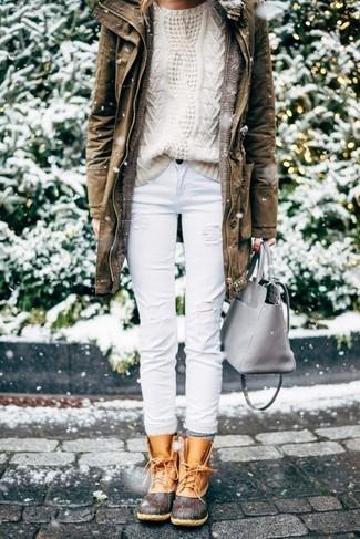 Elige una parka marrón y unos vaqueros desgastados blancos para lidiar sin esfuerzo con lo que sea que te traiga el día. Para el calzado ve por el camino informal con botas para la nieve.
