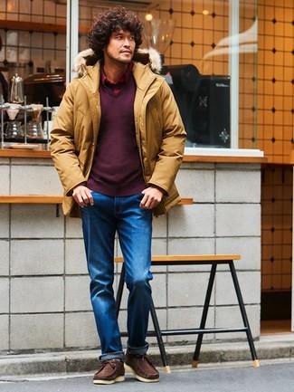 Cómo combinar: parka mostaza, jersey de pico burdeos, camisa de manga larga de tartán roja, vaqueros azules