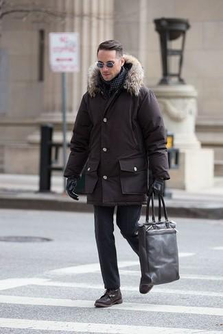Haz de una parka marrón oscuro y un pantalón de vestir de lana negro tu atuendo para crear un estilo informal elegante. Un par de botas casual de cuero marrón oscuro se integra perfectamente con diversos looks.