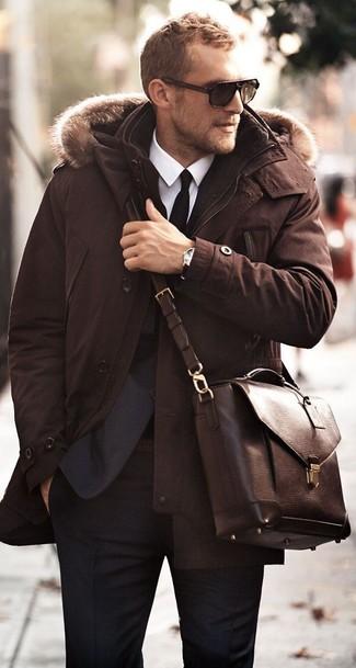 Cómo combinar: parka en marrón oscuro, traje azul marino, camisa de vestir blanca, bolso mensajero de cuero en marrón oscuro