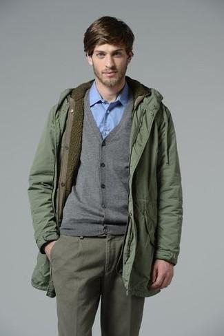 Cómo combinar: parka verde, cárdigan gris, camisa de manga larga celeste, pantalón chino gris