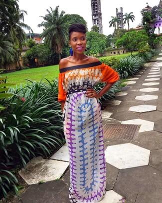 Cómo combinar: pendientes azules, vestido largo efecto teñido anudado en multicolor
