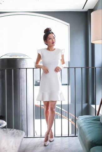 Cómo combinar: pendientes blancos, zapatos de tacón de cuero en beige, vestido de vuelo con volante blanco