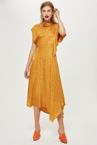 Cómo combinar: pendientes dorados, chinelas de ante naranjas, vestido midi naranja