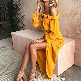 Cómo combinar: pendientes dorados, sandalias de tacón de cuero marrón claro, vestido con hombros al descubierto amarillo