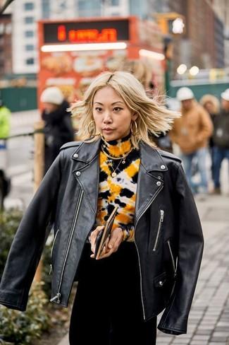 Cómo combinar: pendientes dorados, vestido de noche efecto teñido anudado negro, chaqueta motera de cuero negra