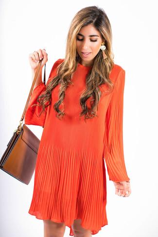 Cómo combinar: pendientes naranjas, bolso bandolera de cuero marrón, vestido amplio naranja