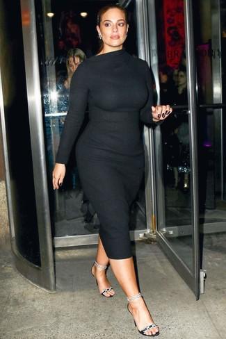 Cómo combinar: pendientes plateados, sandalias de tacón de satén con adornos negras, vestido ajustado de lana negro