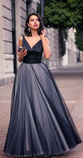 Cómo combinar: pendientes plateados, vestido de noche de gasa plisado negro