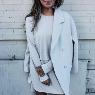 Cómo combinar: pendientes plateados, vestido recto gris, abrigo celeste