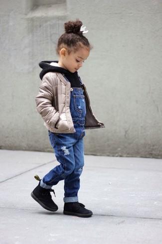 Cómo combinar: botas negras, peto vaquero azul, sudadera con capucha negra, chaqueta acolchada en beige