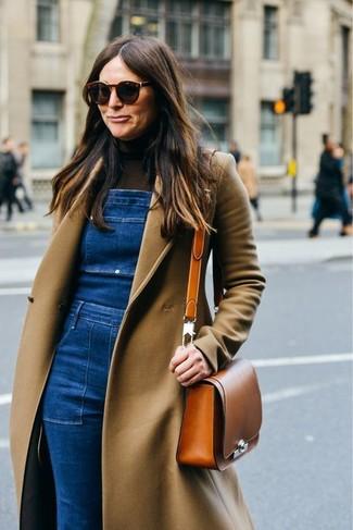 Cómo combinar: bolso bandolera de cuero en tabaco, peto vaquero azul, jersey de cuello alto en marrón oscuro, abrigo marrón claro