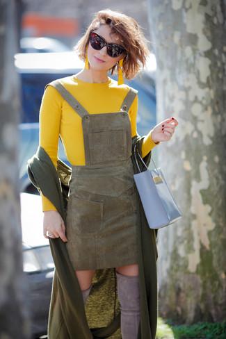 Combinar unas gafas de sol burdeos: Un jersey con cuello circular amarillo y unas gafas de sol burdeos son una opción atractiva para el fin de semana. ¿Te sientes valiente? Completa tu atuendo con botas sobre la rodilla de ante grises.