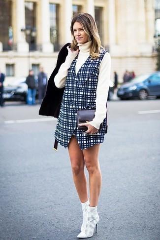 Cómo combinar: botines de cuero con recorte blancos, pichi a cuadros azul marino, jersey de cuello alto en beige, chaqueta de piel de oveja negra